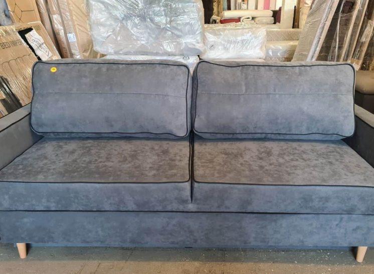 Pilka sofa lova su patalynės dėže